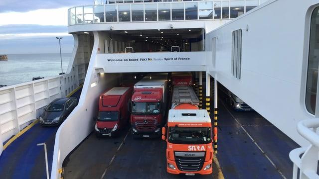 Die Lastwagen rollen auf die Fähre am Hafen von Dover. Ihr Ziel: Das europäische Festland.