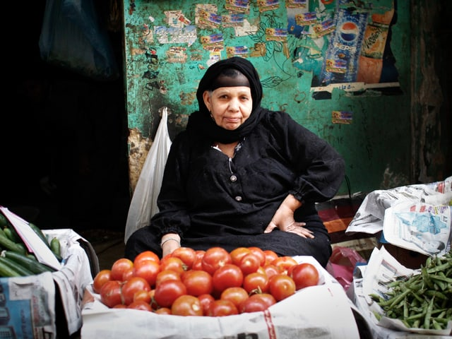 Frau verkauft Gemüse in den Strassen von Kairo.