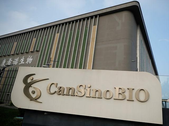 """Firmengelände mit Schild mit der Aufschrift """"CanSinoBIO"""""""