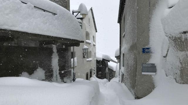 Verschneite Gasse im Dorf Simplon.