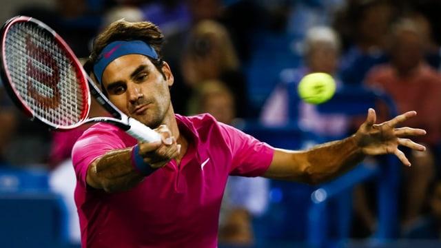 Roger Federer batta ina balla da tennis