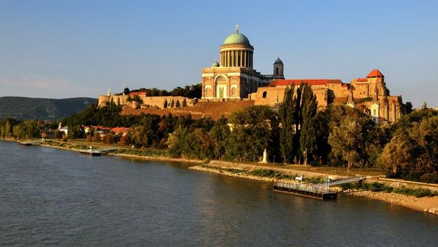 Eine grosse Basilika an einem Fluss.