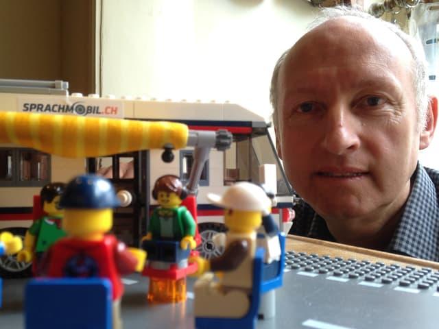 Billy Meyer hinter Lego-Mobil