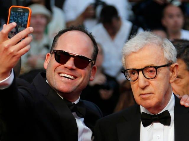 Ein Mann schiesst auf dem roten Teppich von Cannes ein Selfie mit Woody Allen, gegen dessen Willen.