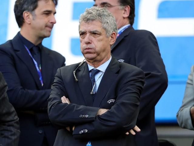 Villar Llona verschränkt die Arme.