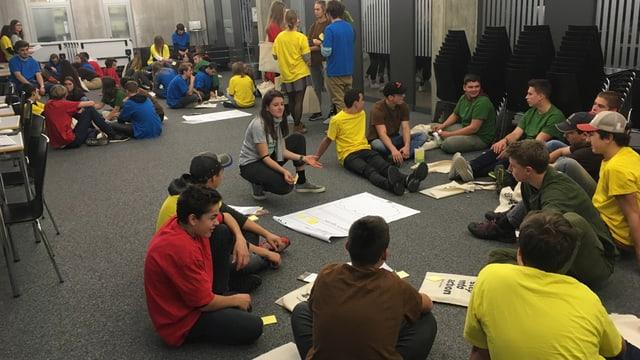 Gruppen von Jugendlichen in verschiedenfarbigen Shirts