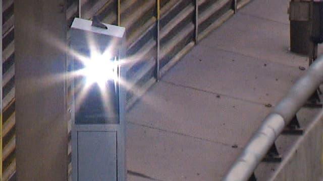 Ein blitzendes Radargerät an einer Strasse.