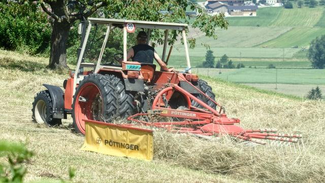 Traktor beim Heuen.