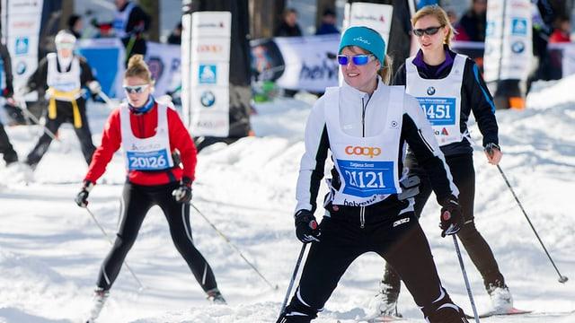 Purtret da dunnas sin skis da cursa lunga.