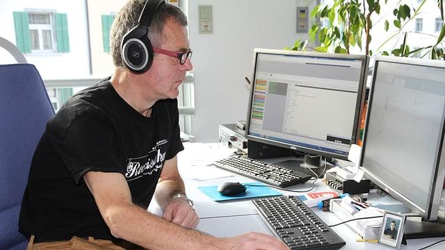 Redactur da musica Jachen Prevost a sia plazza da lavur.