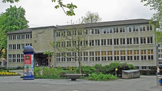 Ein grosses, graues Gebäude mit vielen Fenstern.