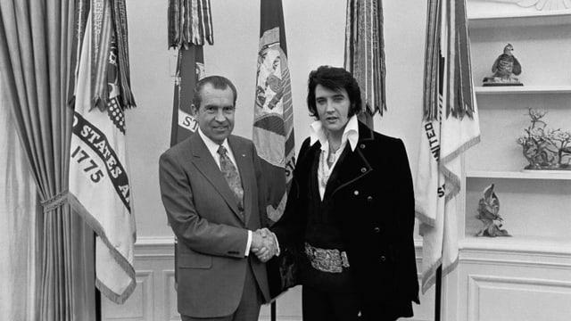 eine schwarz-weiss Fotografie vom Händeschütteln zwischen Präsident Nixon und Elvis Presley