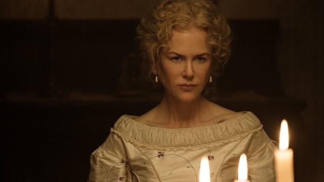 Eine Frau mit Kerzen.