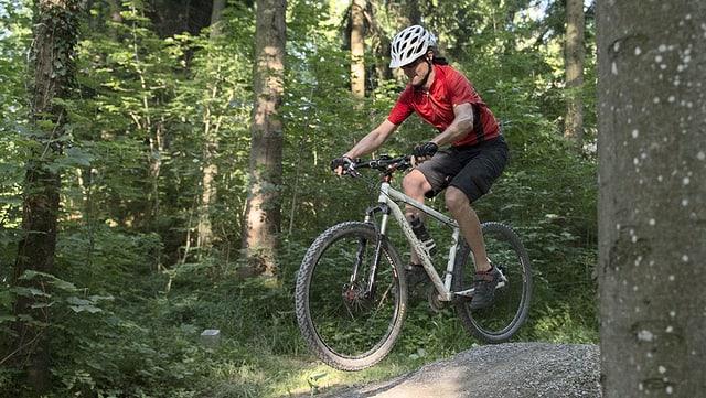 Eine Bikerin im Wald