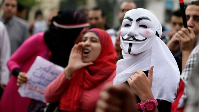 Maskierte Demonstranten in Kairo auf der Strasse.