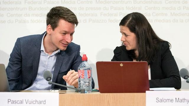 Pascal Vuichard e Salome Mathys che presidieschan la partida giuvna dals verd-liberals