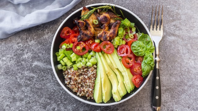 Schüssel mit Poulet und Gemüse.