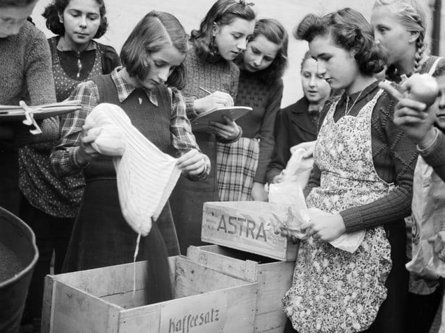 Sammelaktion für Kaffeesatz, aufgenommen am 14. Januar im Kriegsjahr 1942.