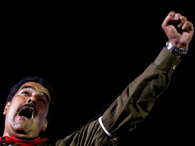 Maduro hebt die Faust bei einer öffentlichen Rede