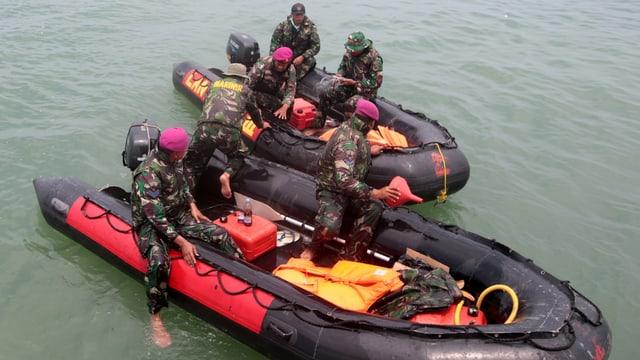 Soldaten auf einem Boot.