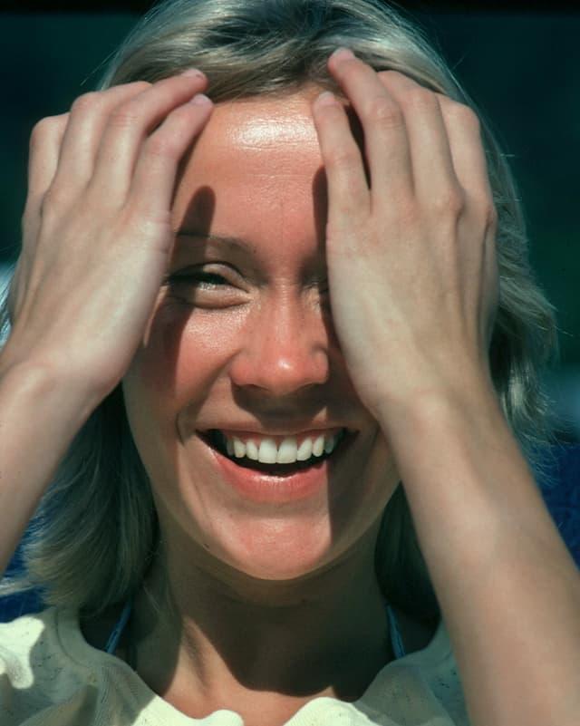 Agnetha Fältskog streicht durch ihr Haar.