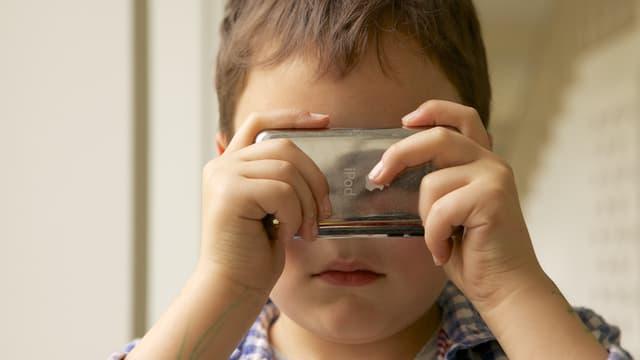 Ein Kind benutzt eine App auf dem Handy.