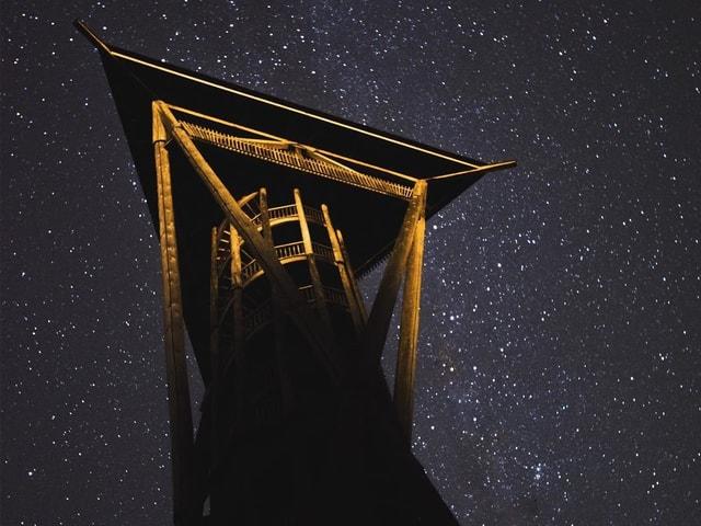 Wiler Holzturm auf dem Hofberg bei Nacht unter Sternenhimmel