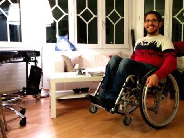 Emanuel Wallimann posiert im sogenannten Rollstuhl-Wheelie.