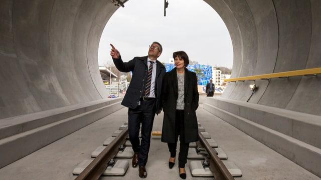 Doris Leuthard und Martin Bütikofer im Tunnel-Modell.