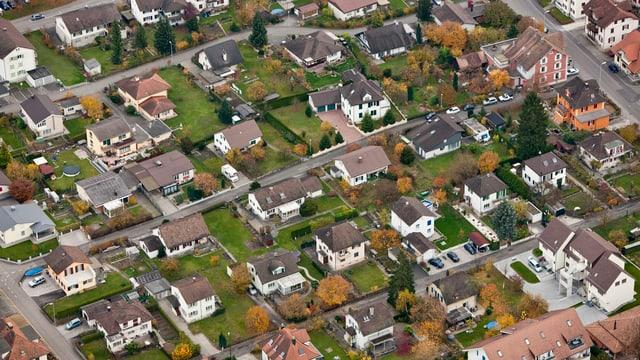 Blick aus der Luft auf eine Siedlung von Einfamilienhäusern.