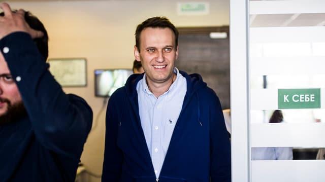 Alexej Nawalni betritt sein Büro