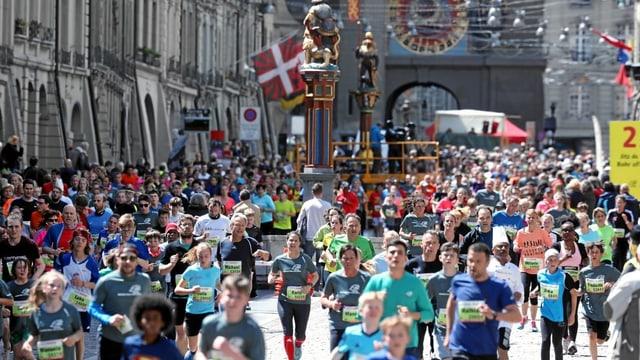 Gasse beim Käfigturm voll Läuferinnen und Läufer