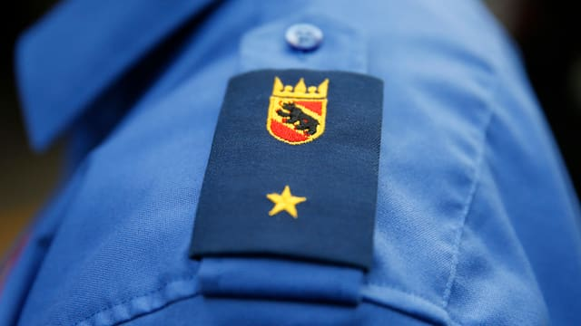 Abzeichen an der Berner Polizeiuniform.