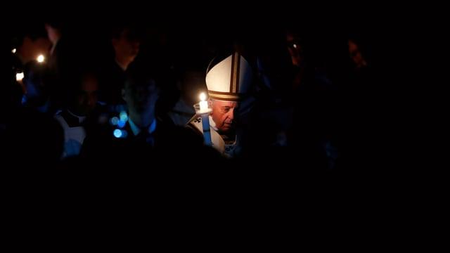 Papst Franziskus mit einer Kerze