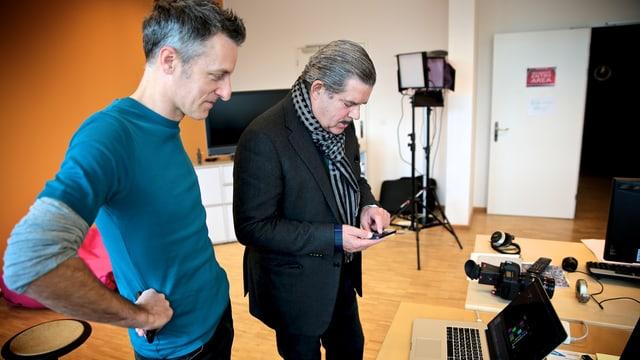 Boris Blank steht mit Lucius Müller vor einem Laptop.