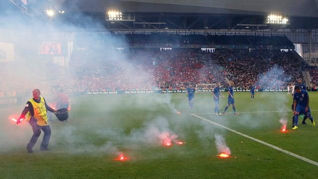 Durant la partida Croazia cunter Tschechia han fans croats bittà fieus artificials sin il plaz