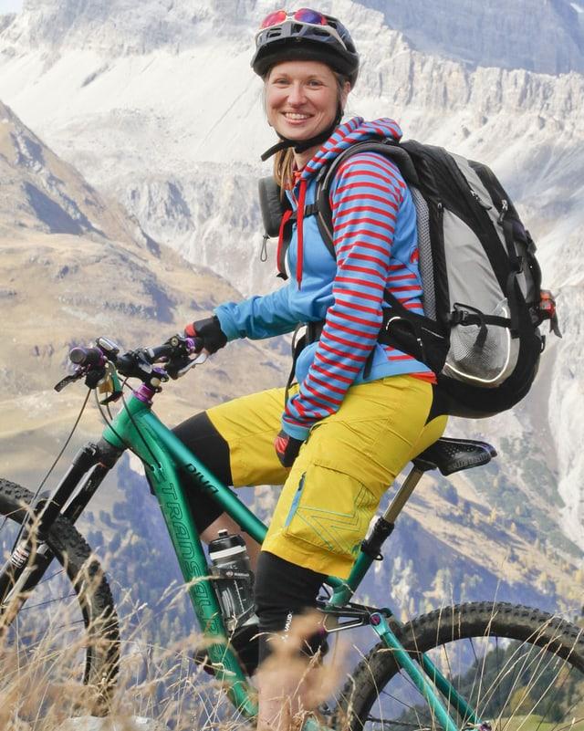 Mountainbikerin Astrid Herzog unterwegs im Berggebiet