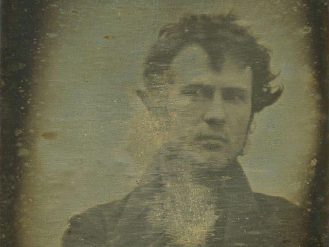 Das erste fotografische Selbstportrait zeigt Robert Cornelius.