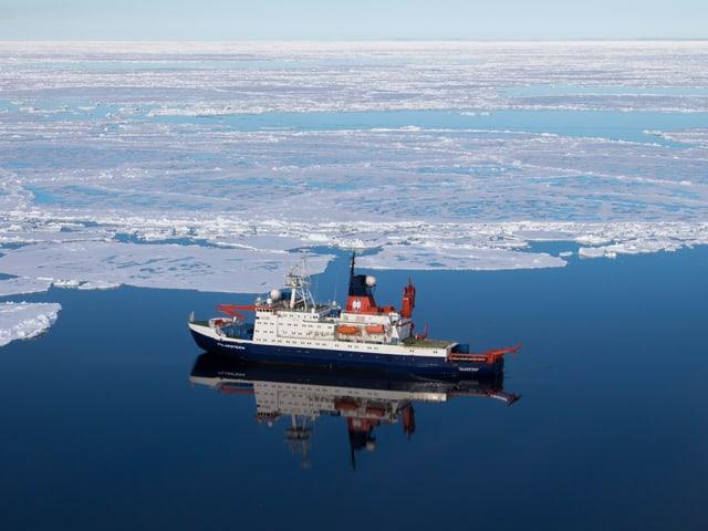 Die Polarstern, umgeben vom Eismeer.