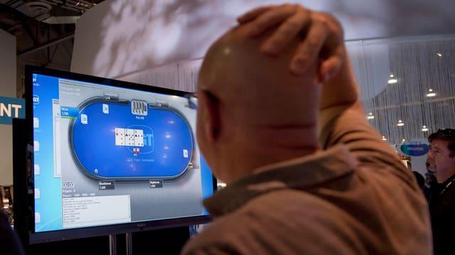 Ein Spieler im Casino vor einem Spielautomaten