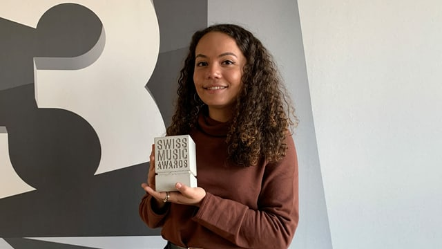 Caroline Alves hält einen Swiss Music Award in der Hand.