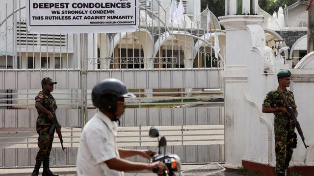 Bewaffnete Soldaten bewachen Moschee in Sri Lanka