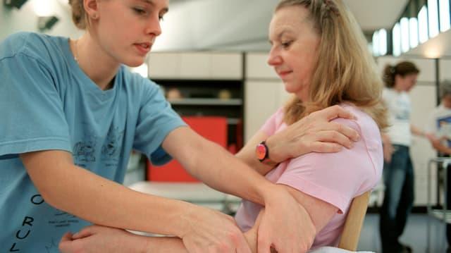 Frau bei der Physiotherapie.