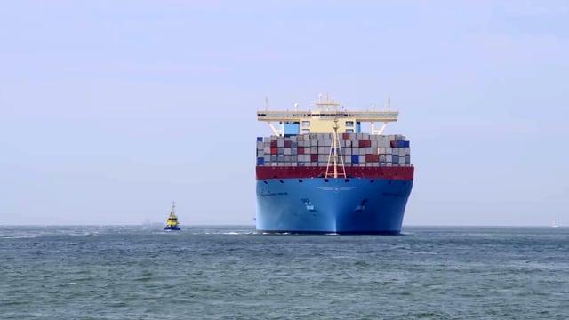 Beladenes Containerschiff auf dem offenen Meer.