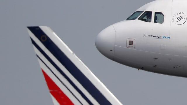 Bug eines Air-France-Flugzeugs, dahinter die Heckflosse einer andern Air-France-Maschine