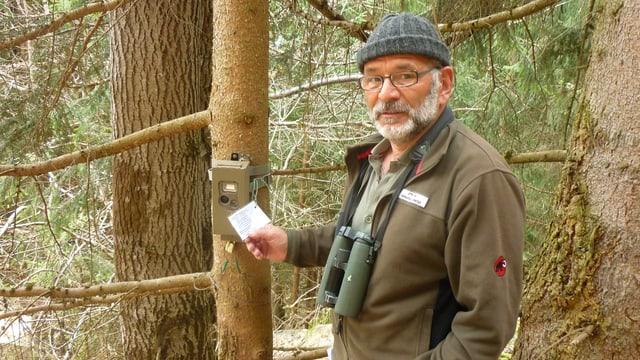 Werner Degonda cun ses apparat da fotografar selvaschinas, surtut era il luf-tscherver.