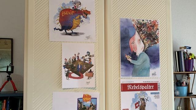 Im Arbeitszimmer des Cartoonisten hängen Arbeitsproben.