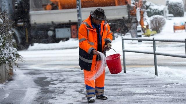 Diesen Winter eher die Ausnahme als die Regel: Ein Mitarbeiter des Stadtberner Tiefbauamts beim Salzstreuen.