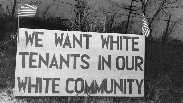Ein Schild mit der Aufschrift «We want white tenants in our white community»