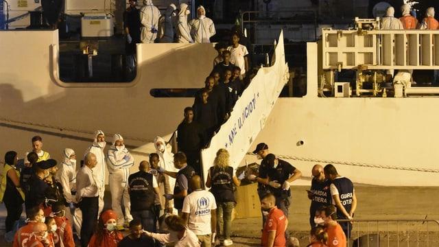 Menschen verlassen Schiff.